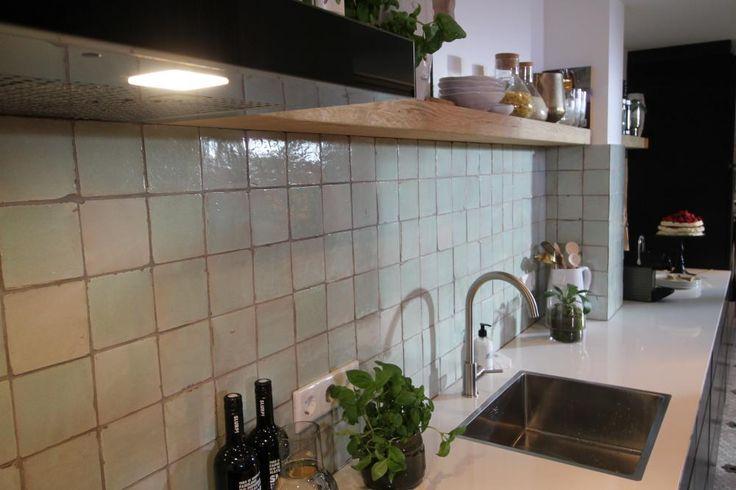 Thomas gaat verder met zijn een project in Nijkerk. Van twee ruimtes wordt één grote, strakke woonkeuken gemaakt. En dat allemaal in een moderne Scandinavische stijl met veel zwart en wit.