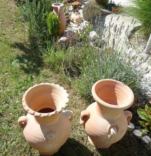 Hlinené vázy ako doplnok do kvetinového záhona