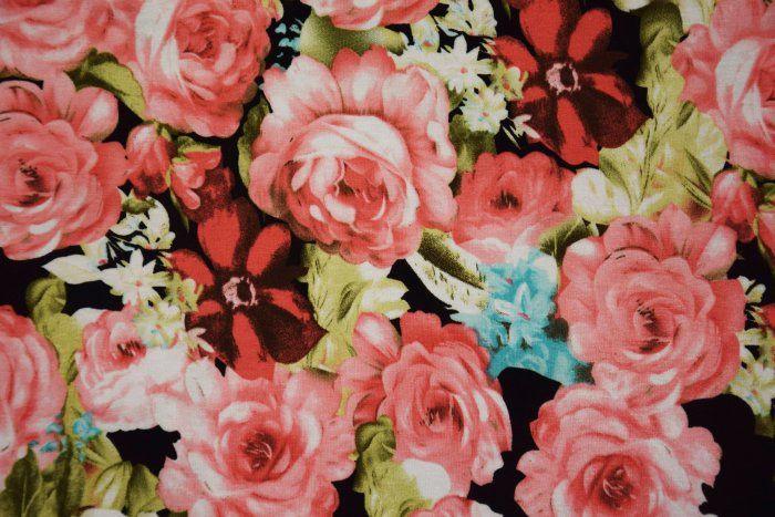 Strečový úplet s potiskem velkých růží 8105/069
