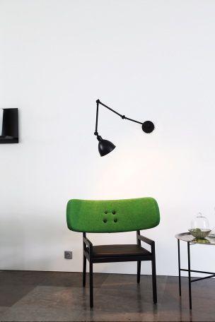 Vegglampe av metall. 61,5-122 cm fra vegg. Diameter på skjerm 17 cm og på veggfeste 14 cm. E27 pæreholder. Transparent kabel 200 cm. Bryter på skjermen. Lyspære inngår ikke.