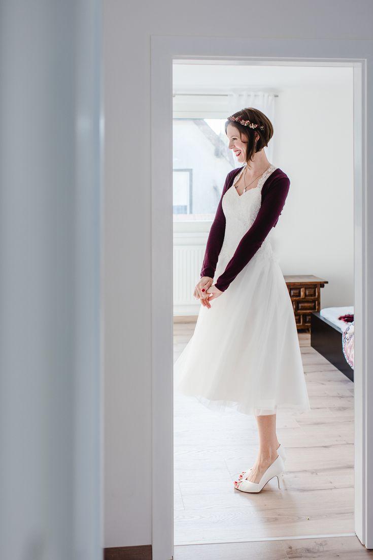 Brautkleid kurz, Brautkleid wadenlang, Brautkleid Tüll, Brautkleid mit roter Jacke für Herbsthochzeit #brautkleid #kurz #wadenlang DIY Herbsthochzeit mit Brandy Bar