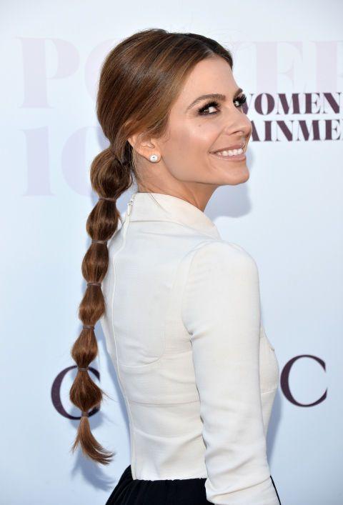 В основном версия хвостик косы, Мария Менунос секций от нее хвост с индивидуального резинки, чтобы получить эту веревку-эффект.