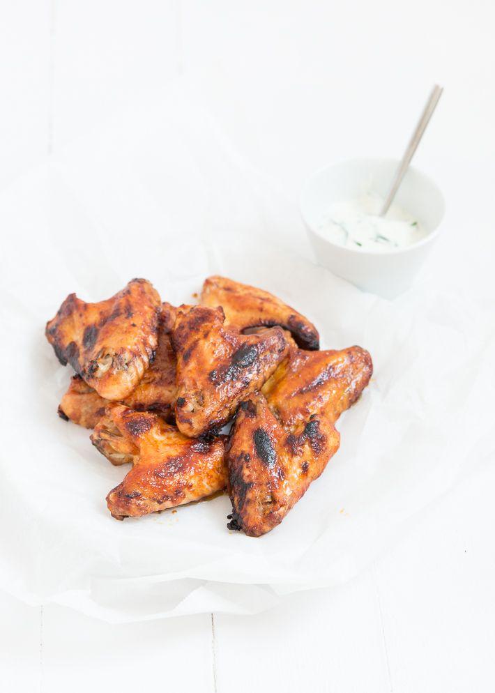 Lekker weekendrecept; buffalo chicken wings met ranch dip.
