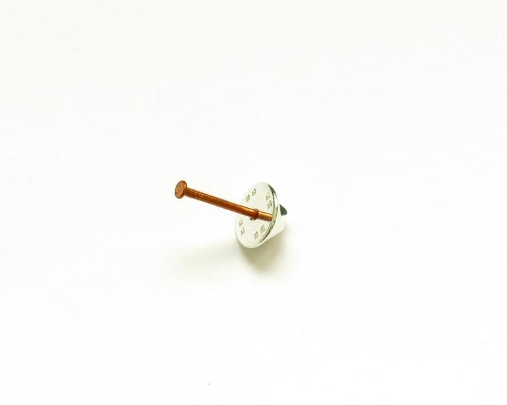 Mae Alandes - Clavos de cobre y cierres de pin de latón bañados en plata