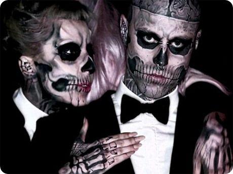 """Lady Gaga y el muy tatuado """"hombre esqueleto""""."""