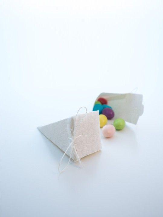 Scatolina piramide avorio.  Elegante scatolina color avorio con nastrino sottile.  Misure: 5 x 5 x 11 cm.  Materiale: cotone grezzo. #matrimonio #wedding #scatolina #portaconfetti #cotone #avorio