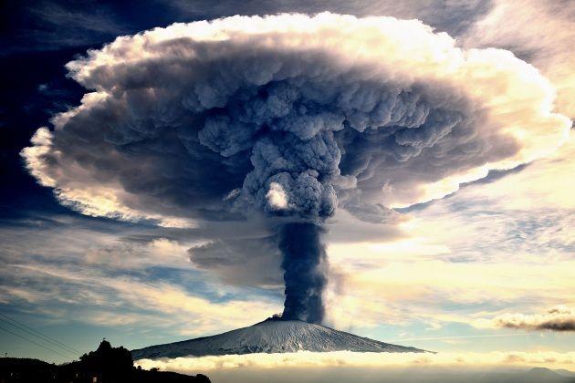 La nostra amata #Etna cambia, si trasforma, vive. Grazie al telerilevamento aereo, i geologi dell'INGV hanno ricostruito con una precisione mai raggiunta prima le trasformazioni morfologiche della sommità del vulcano nell'arco di 3 anni.