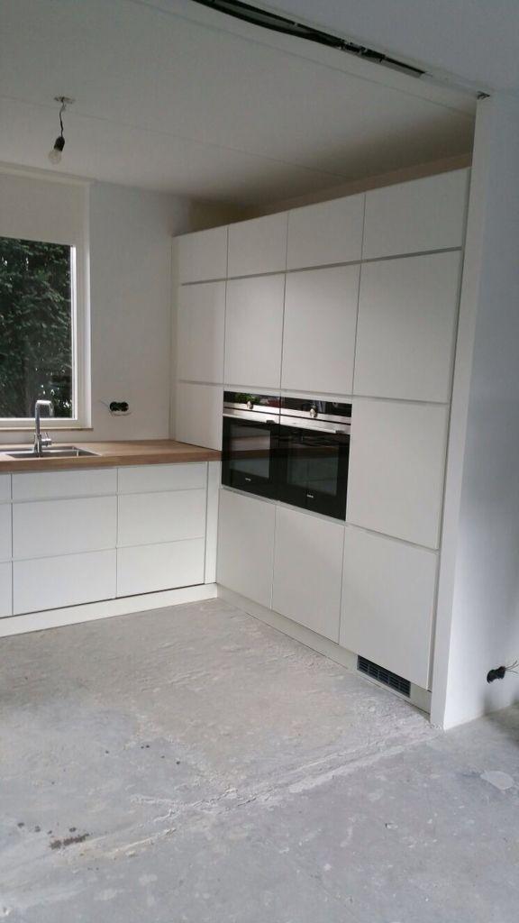 Kvik Duiven Mano keuken met eiken werkblad. Apparaten wand