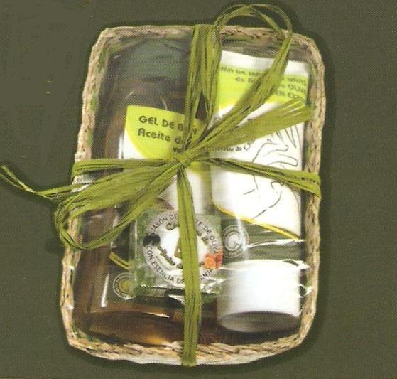 www.pasthel.com CESTA COSMETICA PEQUEÑA Cesta regalo pequeña compuesta por: - Body Milk de aceite de oliva virgen extra - Crema de manos de aceite de oliva virgen extra - Jaboncito de 30gr esencia mandarina efecto relajante