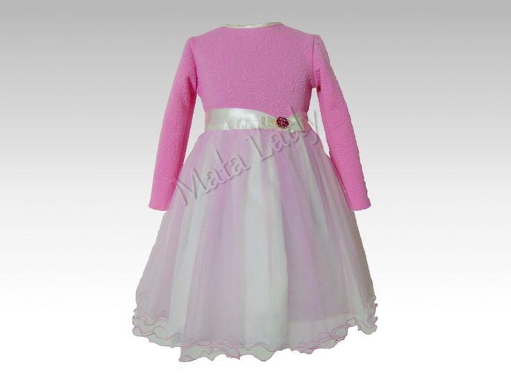 Sukienka z długim rękawem wykonana z dzianiny żakardowej w kwiaty w kolorze różowym Dół sukienki wykonany z jasnego tiulu. Cała kreacja odszyta płótnem bawełnianym oraz podszewką. Sukienka posiada kryty zamek, a wiązany z tyłu pasek z atłasu dzięki któremu można dopasować kreacje do ciała.