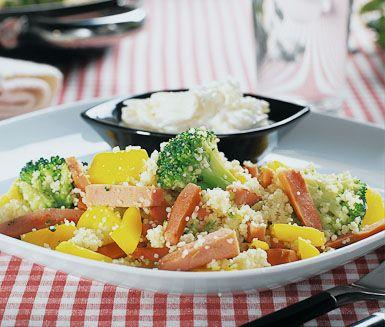 En bedårande rätt med mycket färg och smak. Couscousfräset bestående av krispiga grönsaker, kryddig korv och het ingefära blir spännande och ljuvligt ihop med den annorlunda, syrliga päronsåsen.