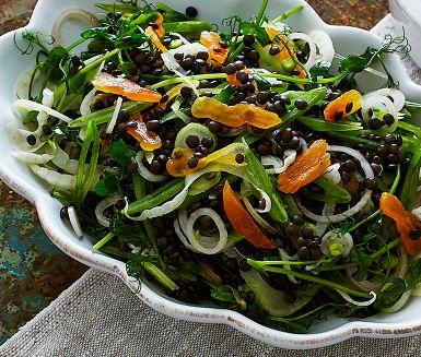 Belugalinser är fulla av nyttigheter och ger ett skönt tuggmotstånd. Här samsas de i en fräsch sallad med krispiga grönsaker som sockerärtor och fänkål. Torkade aprikoser ger både sötma och blir en fin färgklick. Rör ner lite pesto, gärna hemgjord mandelpesto.