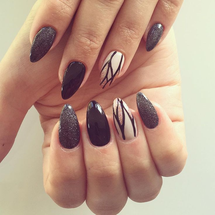 """Do you remember this from last winter? Well, they are back!!✌️ strips for the win! Handpaintingggg  Nailcode: karaka black, black, taupe purity and…"""