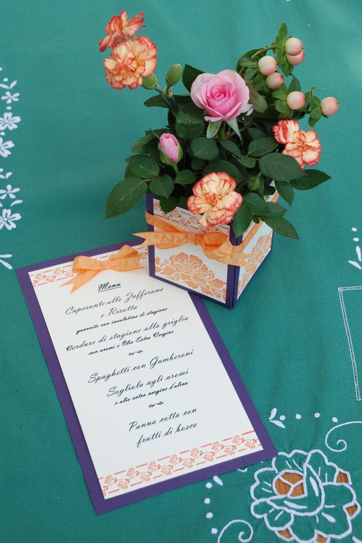 Zomerse bloemendecoratie met menukaart - aan tafel! #menukaart #zomer #tafel #tafeldecoratie #bloemen #DIY #knutselen #creatief #pons #DIY #stansen #papier  #stempels #stempelset #creatief #decoratie #kaart #diner