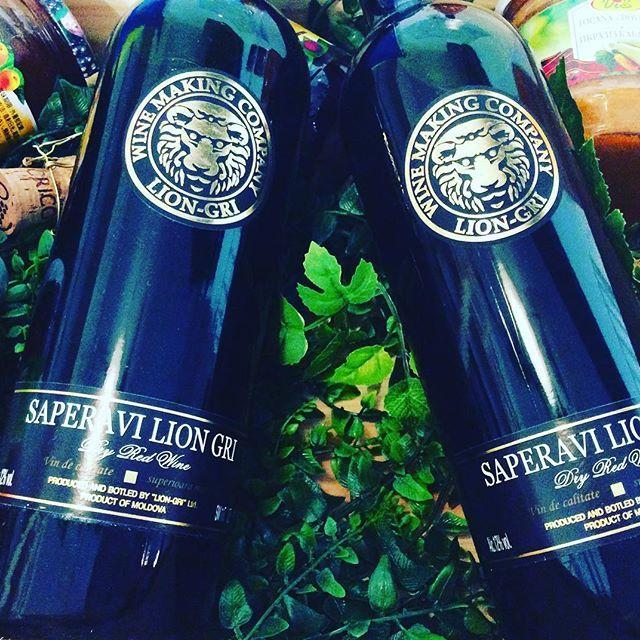 赤ワイン Lion-Gri サペラヴィ60% カベルネソーヴィニョン20% メルロー20% . こってりしたお料理、濃厚なお肉料理、餃子!に良く合うパワフルなワイン🍷 . 3種類のブドウをオーク樽で寝かせて作られた自然派赤ワインです! 熟成した、カシス、チェリー、ブルーベリーのjuicyな香りとしっかりとしたタンニンを持ち合わせています! はっきりと個性を感じるワインですが、舌触りはビロードのように滑らかでなんだか嬉しくなるワインです^_^ . #モルドバワインショップ #モルドバ料理 #モルドバワイン #モルドバ #ワイン#赤ワイン #グルジア #ワイン女子 #ワイン男子 #ワイン好き #こってり #肉 #餃子 #オーガニック #オーガニックワイン #無農薬 #自然派ワイン #自然 #乾杯 #お家ごはん #moldova #moldovawine #lovewine #organic #moldovawineshop #wine #biowine