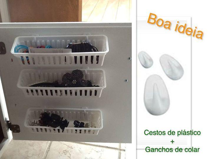 """organização de banheiros. Cestos e ganchos , resultado: mais uma ótima ideia para organizar seus apetrechos e """"trecos""""."""
