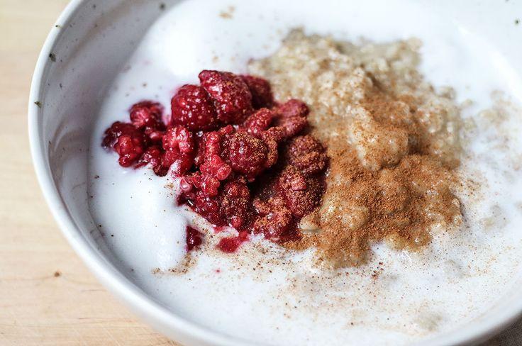 havregrynsgrot-banan-varma-hallon-skummad-mjolk-frukost-recept