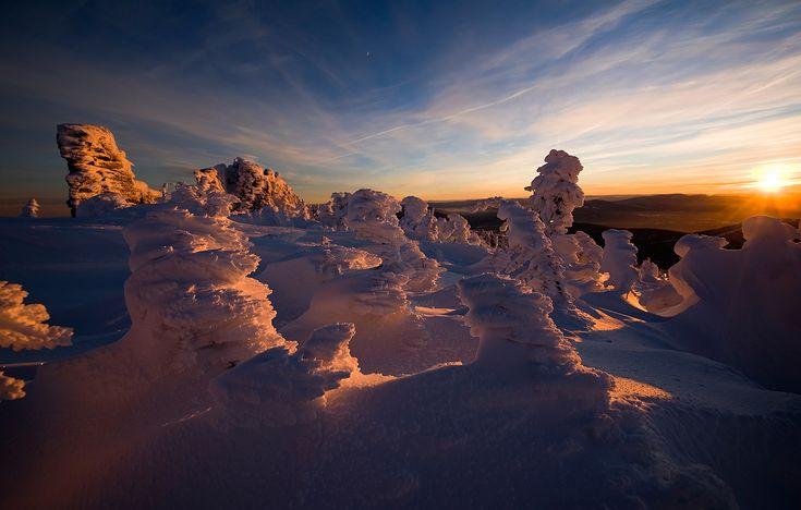 Pro волшебный зимний вечер…. Желаю всем волшебного вечера и чудесного Рождества!  И пусть Новый год будет красивым! #снег #мороз #вечер #закат #солнце #скалы #пихты #кедры #шерегеш #горная шория Автор: Валерий Пешков