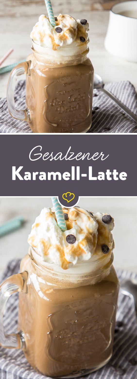 Mach es dir gemütlich mit deinem gesalzenen Karamell-Latte! Kaffee zubereiten, Milch mit den Zutaten erwärmen, Sahne obendrauf, Strohhalm rein und genießen!