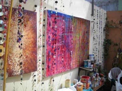 Mis cuadros en patio ( con mis collares para paredes )