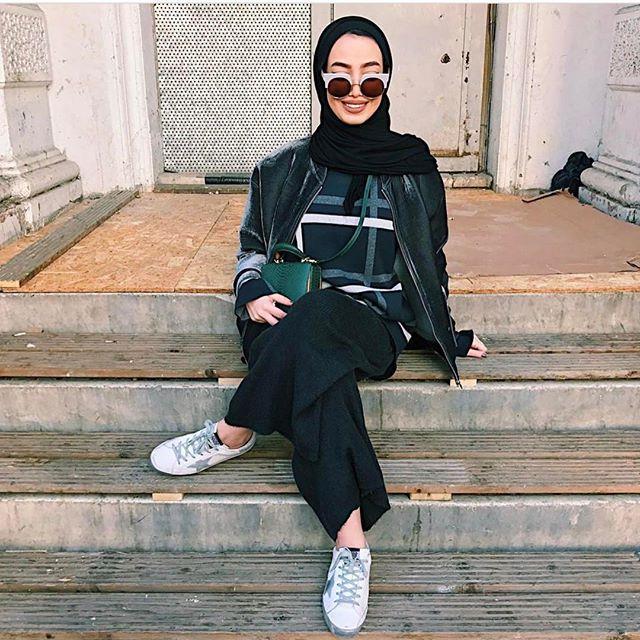 Geçen hafta benim favorim @leenalghouti 'ydi. Yeşil çantası, dev ekose desenli bluzu ve kadife ceketine bayıldım. Bir sonraki anketi yorumlarda like ile yapacağım için katılım daha fazla olacak. Şimdiden haberini vereyim. Kimlerle favori ismimiz aynıysa yorum kısmına yazsın çok merak ediyorum🙄🙄🙄 🍭🍭🍭 #tapfordetails #birsevde #streetstyle #hijabstyle #blogger