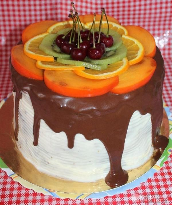 Торт с шоколадной глазурью и фруктами Праздничный фото