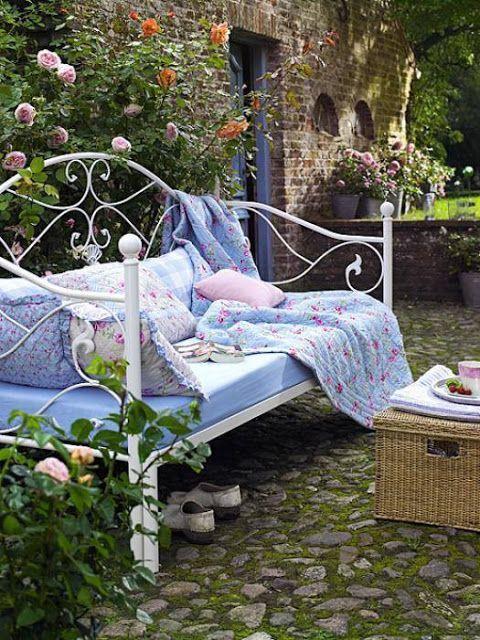 Für romantische Stunden zu zweit im #Garten: Gartensofa mit pastellfarbenen Decken #Wohnidee