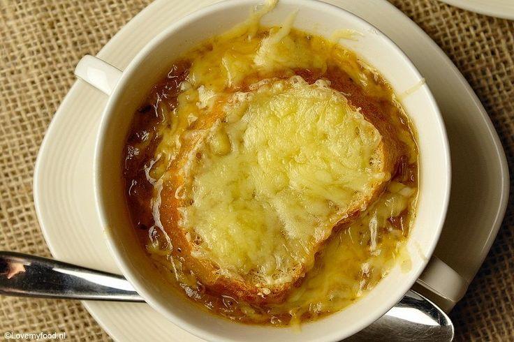Gelukkig bestaat er zoiets als soep! Een flinke kom hete uiensoep is precies wat ik nodig heb met deze kou! Franse uiensoep is een echte klassieker en heel
