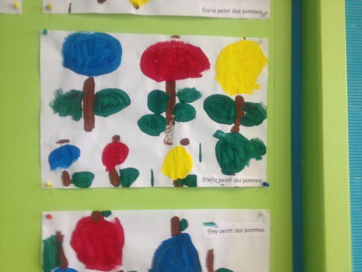 Tom peint des pommes.