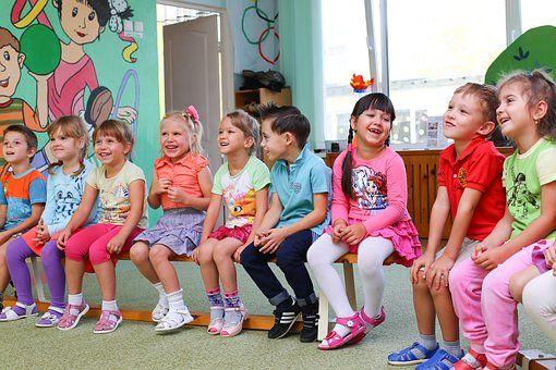 Адаптация к детскому саду   Совсем немного остается до начала нового учебного года. Некоторые дети пойдут в школу, а некоторые первый раз в детский сад. Как же помочь ребенку адаптироваться к новым условиям?  👶 не нервничайте и не показывайте свою тревогу ребенку, он чувствует ваши переживания 👶 обязательно продумайте ритуал прощания и встречи (чмокнуть в щечку, помахать рукой и т.д.) 👶 провожать ребенка в ГКП/ясли должен кто-нибудь один. Например, мама 👶 не обманывайте ребенка…
