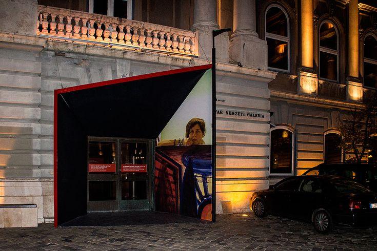 2015.11.04. Magyar Nemzeti Galéria, El Kazovszkij-kiállítás bejárata, Eifert János fotójával