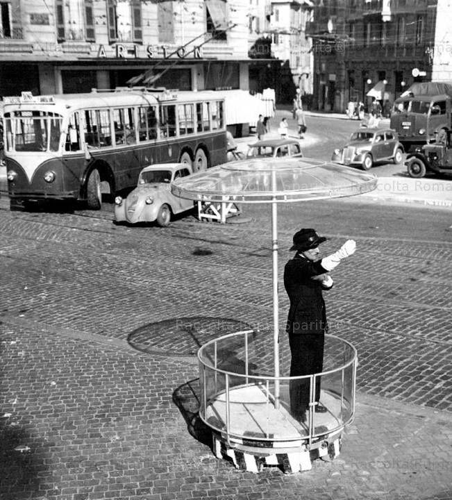 Foto storiche di Roma - Piazza Fiume - Un vigile urbano dirige il traffico su una piattaforma corredata di un curioso parapioggia Inviata da Carlo Galeazzi