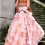 Прошла та пора, когда невеста обязывалась быть на свадьбе непременно в белом наряде. Сегодня набирают популярность цветные свадебные платья.