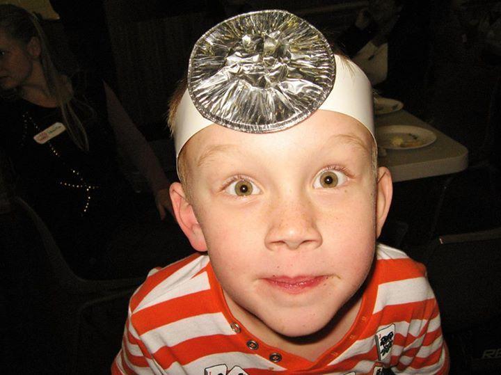 Makkelijke dokters hoed. Band papier en platgestampt aluminium bakje.