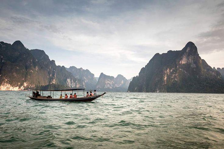 Navegación en Long Tail boat en el Parque Nacional Khao Sok, Tailandia