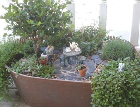 twogreenthumbs.comGardens Ideas, Container Garden, Gardens Inspiration, Fairies Gardens In Container, Minis Gardens, Gardens Adorable, Gardens Sanctuary, Gardens Stuff, Miniatures Gardens