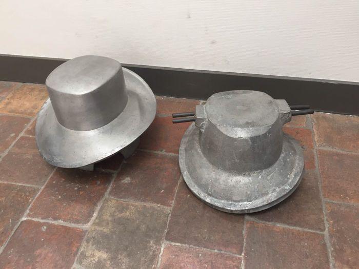 Zeldzame aluminium hoedenmal - Frankrijk - Jaren 50  Zeldzame aluminium hoedenmal - Frankrijk - Jaren 50.Een prachtige hoedenmal bestaande uit delen.Gebruikt in Parijs in de jaren 50 voor het vormen van het leer voor de hoeden. Een fantastisch en uniek object.Een gezamelijk gewicht van meer dan 16 kilo.Afmetingen zijn: De afmetingen van de onderste mal is circa 30 x 30 x 25 cm.De bovenste mal heeft afmetingen van circa 30 x 30 x 20 cm.Ophalen kan in Nederland in Lopik.Attention: picking up…