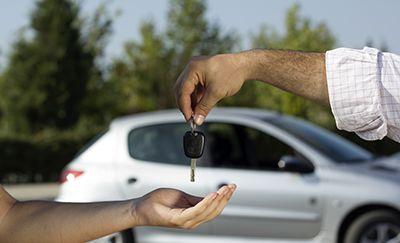 ¿Quieres comprar un auto usado? Ya sea por presupuesto, por inversión o por negocio, muchas personas prefieren los autos usados a los nuevos. Asegúrate de hacer una correcta revisión antes de comprarlo, de lo contrario, te puede salir más costoso de lo que esperas... AQUÍ te damos algunos consejos:
