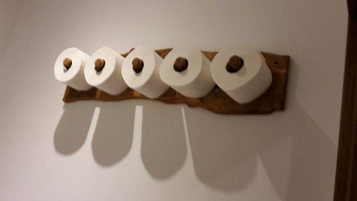 Zasobnik toaletneho papiera na 5 ks. Vyrobene z dreva ktore je naolejovane.