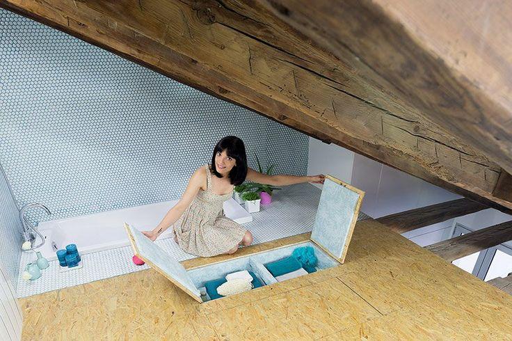 Mezipatro ukrývá útulnou ložnici a další skryté prostory...a i vanu. a: Elii Architects www.elii.es f a v: Miguel de Guzmán