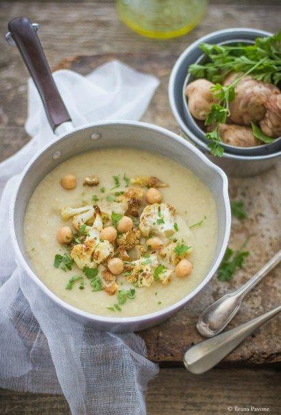 La vellutata di topinambur, ceci e cavolfiore arrostito è un primo piatto sano, nutriente e saporito, ideale da preparare nelle fredde giornate invernali.