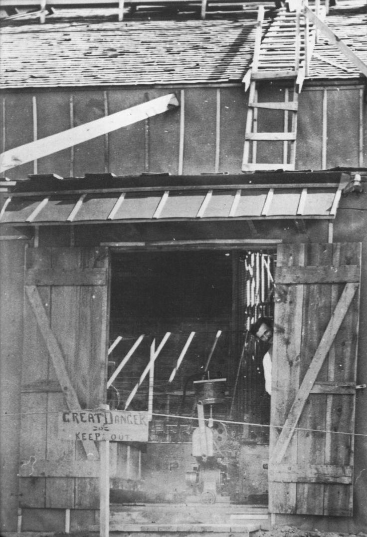 Nikola Tesla zerkający ze swojej szopy