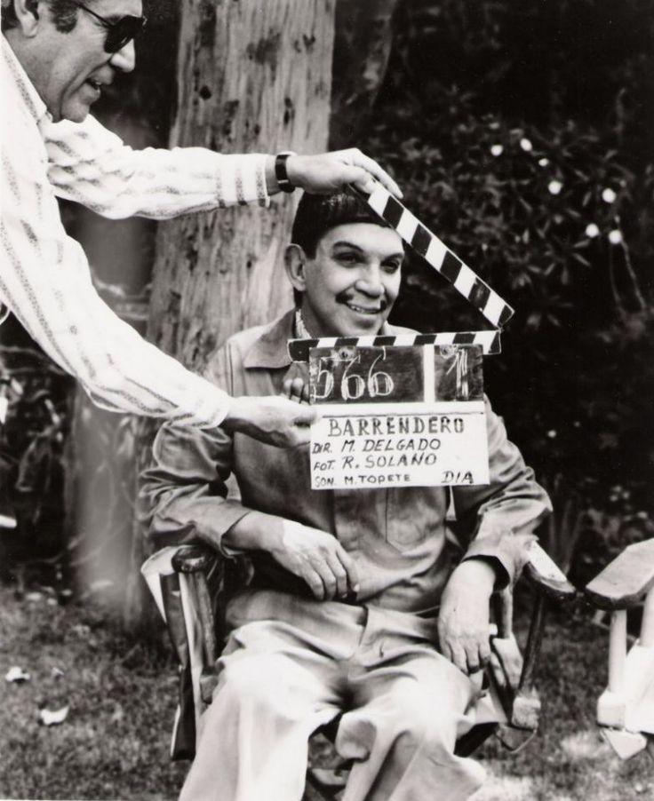 """Mario Moreno """"Cantinflas"""" durante un descanso del rodaje de su última película, """""""