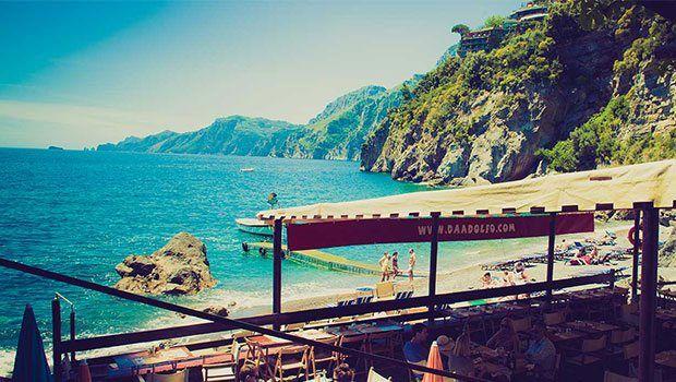 Benim dünya güzelim Positano Yolu yok, iskelesi yok. Peki nesi var? Havasında aşk, görüntüsünde cennet ve karşılığında ömür boyu bedavaya çalışabileceğiniz lezzet. Positano'daki saklı koyun hastasıyım. Ayhan SİCİMOĞLU