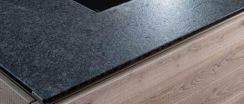 Küchenarbeitsplatten aus Keramik weisen eine Vielzahl an Vorzügen auf: Sie sind hitzebeständig, kratz- und schnittfest und darüber hinaus sehr pflegeleicht.