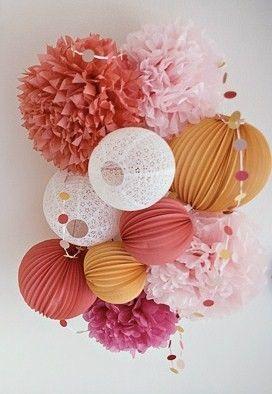 Bouquet de boules de papiers, lanternes chinoises et pompons de mariages. Une très jolie décoration pas chère pour un mariage d'automne, au couleur chaude.   Plus de ponpons en papier sur : http://www.instemporel.com/s/29474_pompons-papier-mariage: