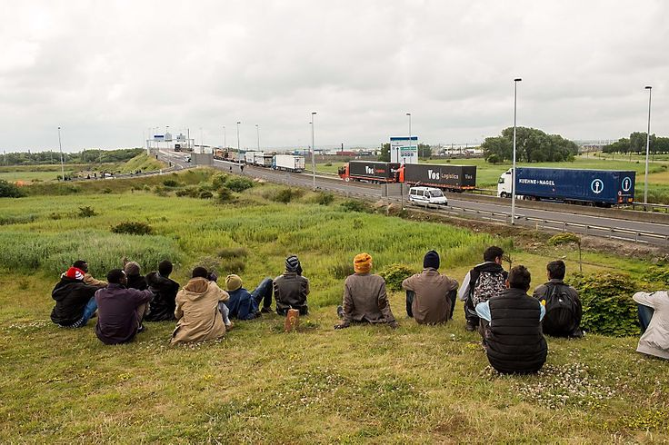Bizarre taferelen in de haven van Calais. Migranten proberen aan boord van vrachtwagens naar Engeland te komen.