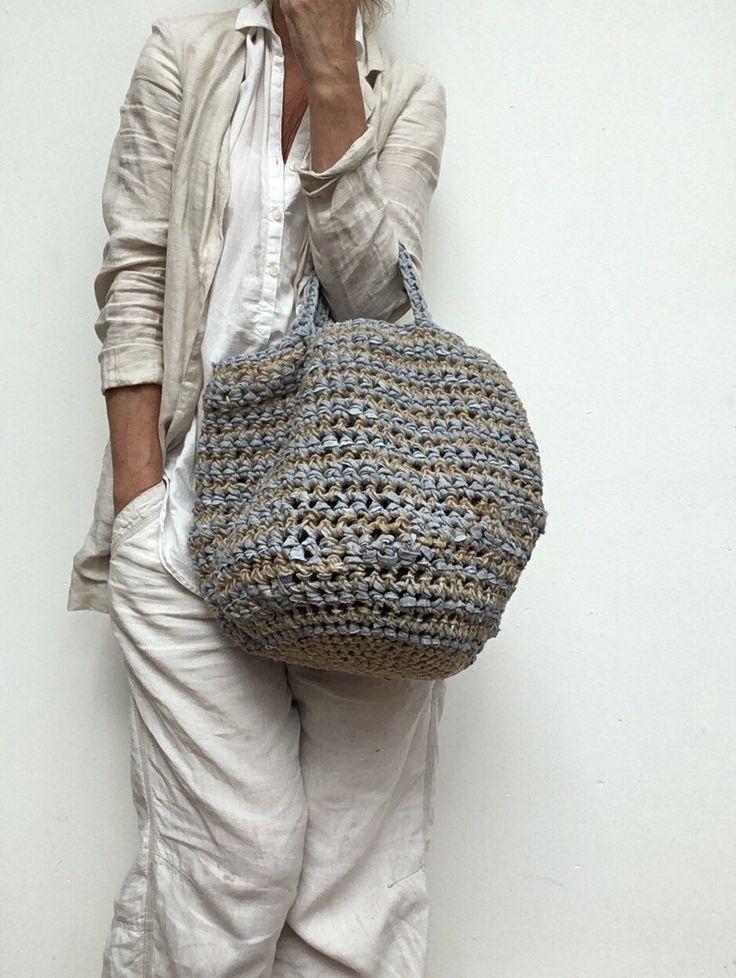 Handgemachte hippe Häkeltasche aus recycelten Stoffstreifen und natürlichen Materialien …