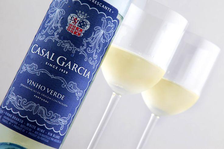 Naturalmente leve e refrescante, o vinho verde é único.Indicado para momentos informais, harmoniza com aperitivos e até com uma tradicional bacalhoada. Casal Garcia Vinho Verde Branco DOC 2012. #wine #vinho #vinhobranco #Portugal #vinhoverde