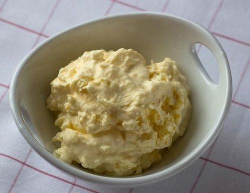 Für die Clotted Cream das Obers in eine weiträumige Pfanne gießen und bei kleinster Stufe auf dem Herd erwärmen. Weder